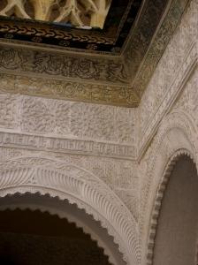 Hier sieht man sehr schön, die verschiedenen Materialien und Stilelemente, die Gipsverzierungen, die Fliesen und die Holzarbeiten.